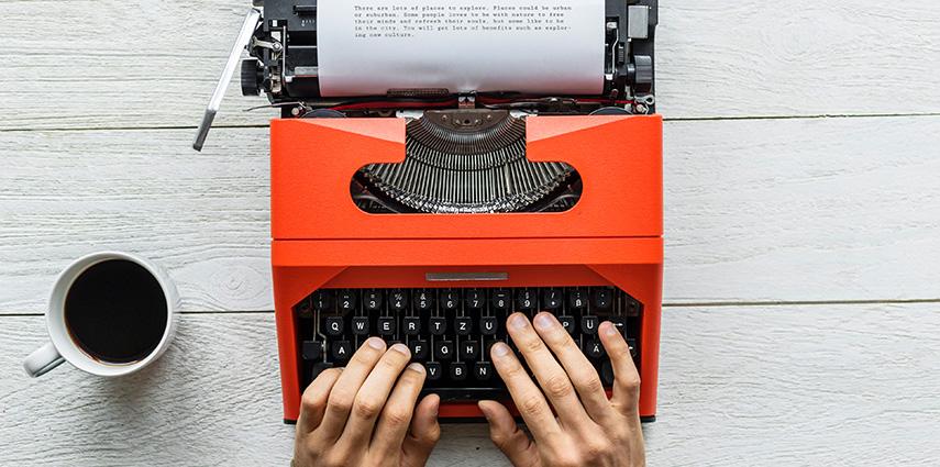 Máquina De Escrever Laranja Ilustrando Análise De Requisitos, Requisitos Funcionais E Requisitos Não Funcionais
