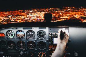 Painel de controle de avião como exemplo de indicadores
