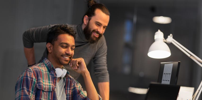 Dois Homens Aprendendo Sobre Ferramentas Para Desenvolvedores, No Blog DB1
