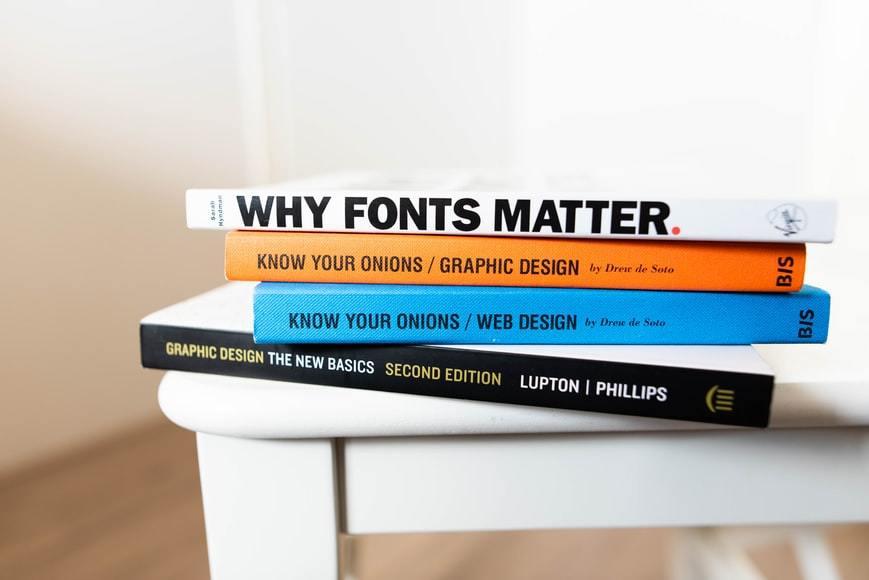 Livros sobre tipografia empilhados.